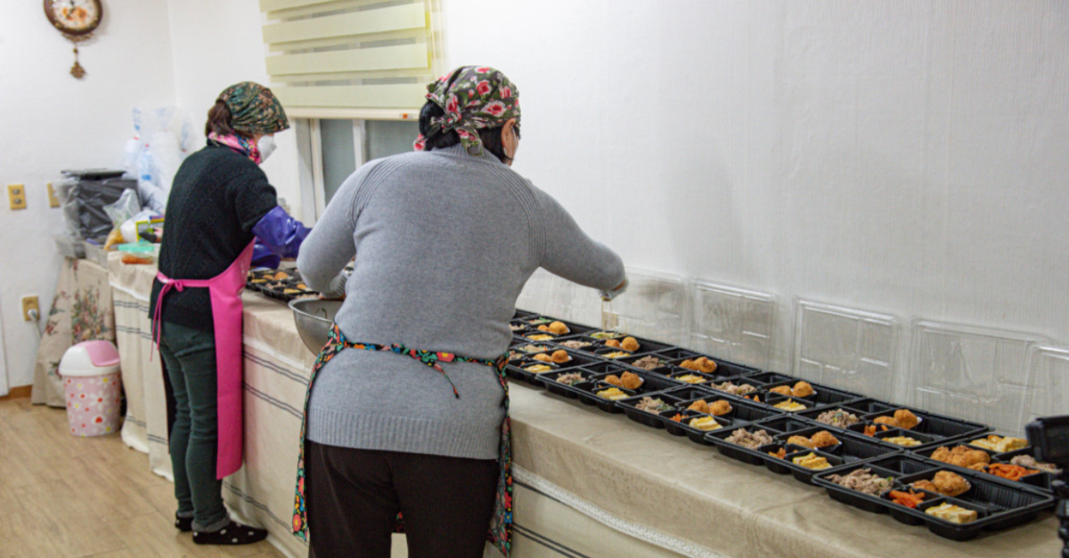 Preparing high-quality meals for students during the COVID-19 pandemic. Community-led solutions