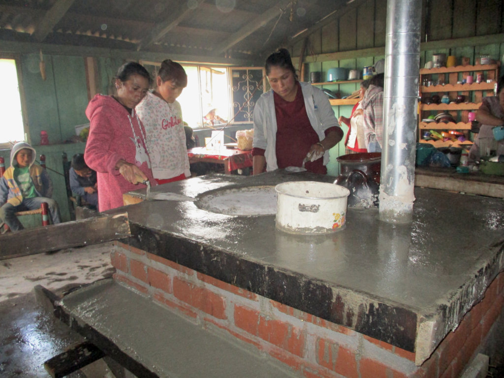 Women from Macho de Agua Finishing Stove
