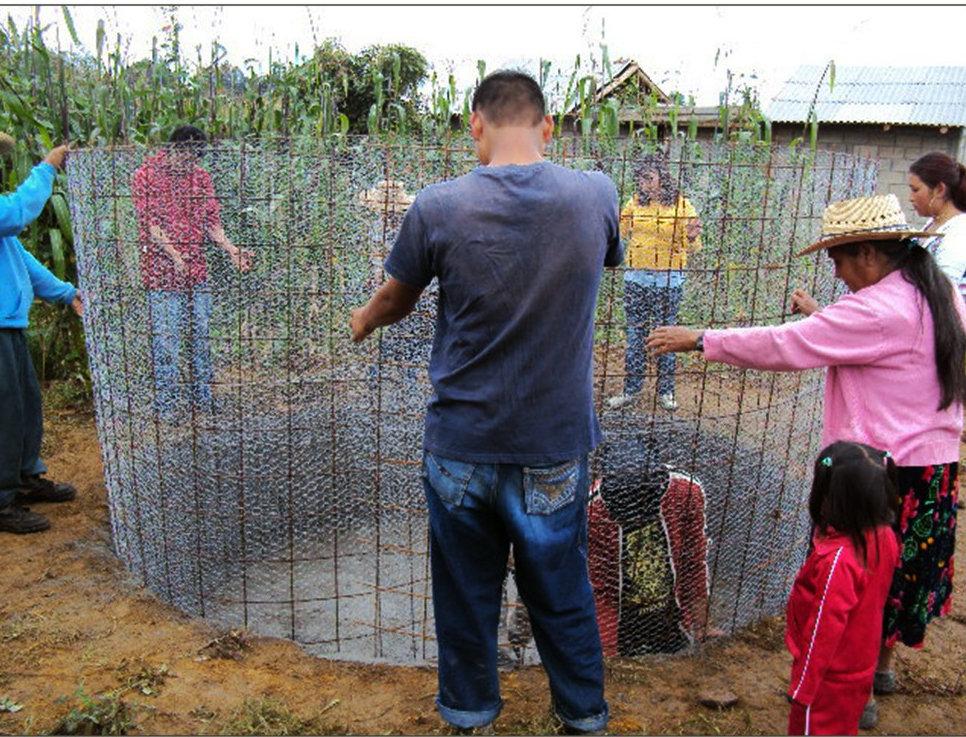 People in Crescencio Morales build a cistern.