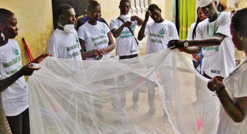 Installing mosquito nets in daara in Darou
