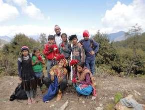 Natasa Weinberg trekking withe children