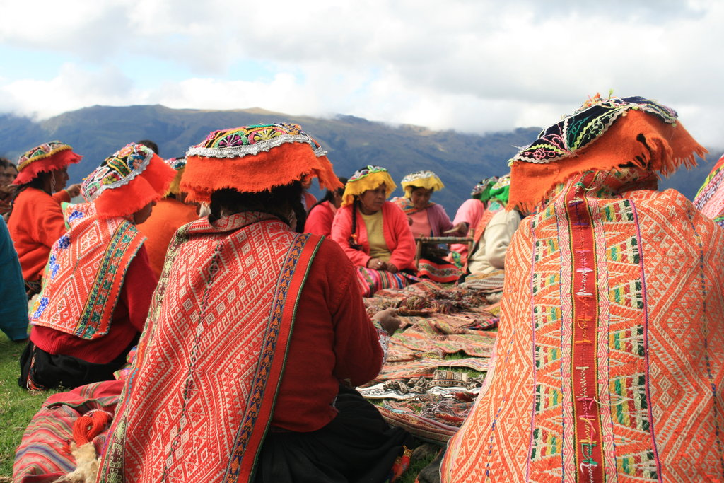 Education and connection go hand in hand. For the Quechua people, whose traditions are passed down through generations; strong family ties guide the transmission of knowledge.