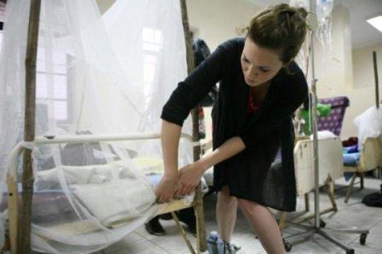 Mandy Moore hangs a net
