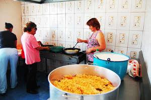 Community Mothers preparing the food
