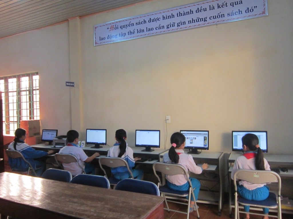 Grade 4 students using computers