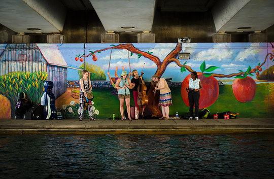 spontaneous music on the canal walk