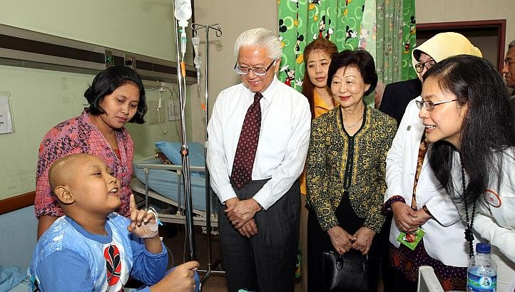 President Tony Tan and Mrs Mary Tan with a patient