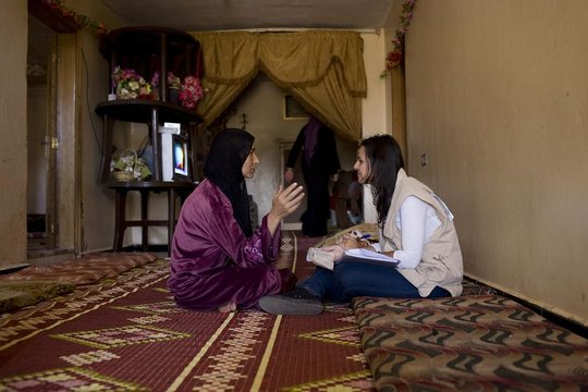 UNHCR outreach worker counsels a displaced Syrian