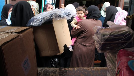 Syrian refugees receive supplies from UNHCR