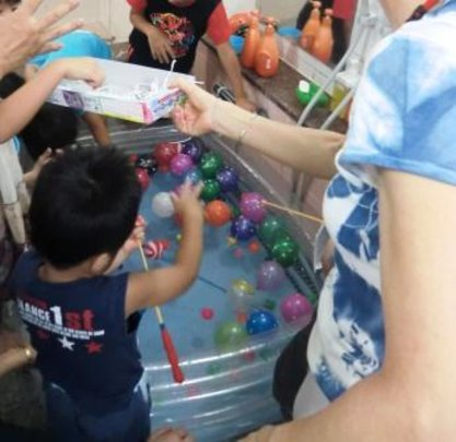 Scooping water balloons