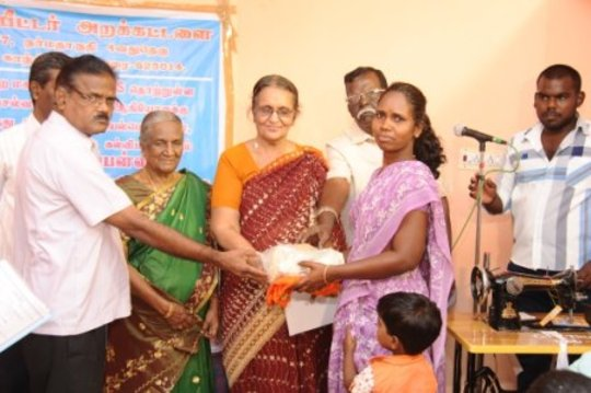 A HIV/AIDS woman get Nutrition food and Saree
