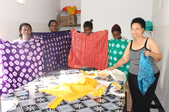Scholars display their tie-dyed fabrics