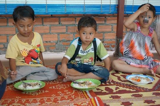 Children eating at Riverkids
