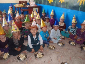 The children celebrating with cake