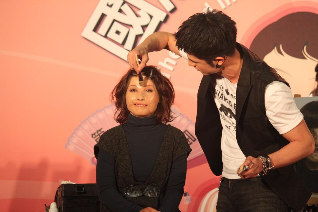 Hsuan-Ju helps demonstrate skin camouflage