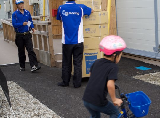 Distributing heating carpets while kids play