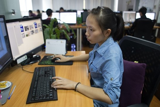 A Web&Graphic Design graduate at her workplace