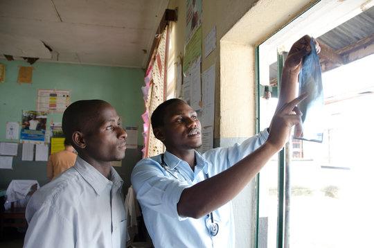 Alfunsi & Owen reading an x-ray in the ED