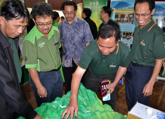 Organising Chairman, Johnny Ghani, shows 3D model