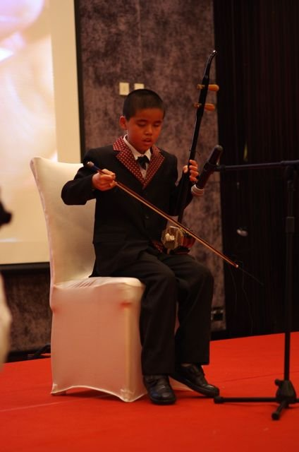 Pan Pan playing the erhu in front of 300 people