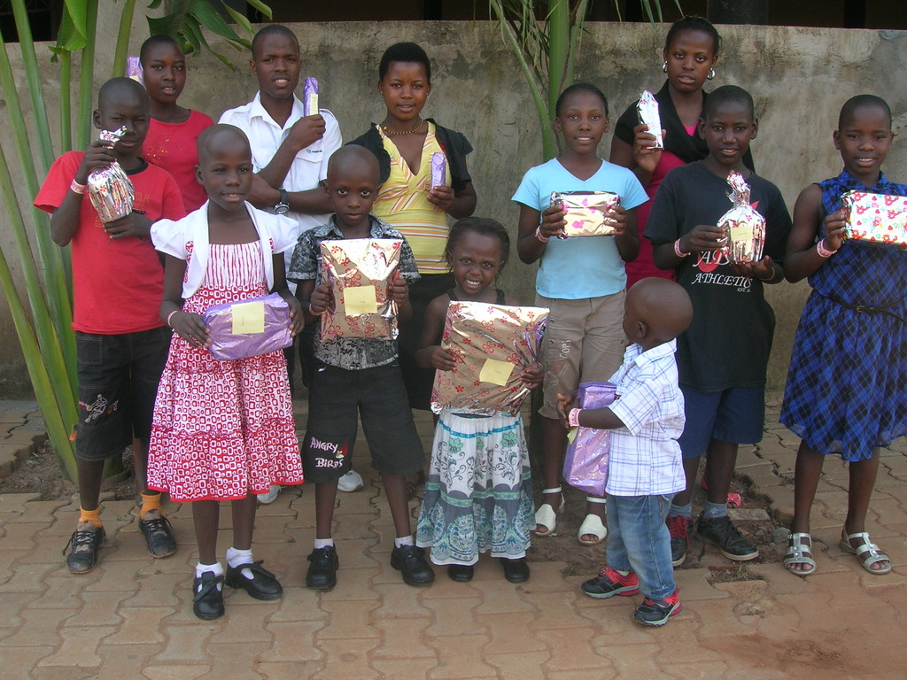 Children holding their christmas gifs