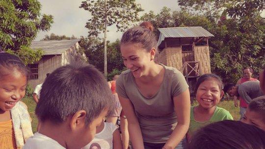 Kids with Alianza Arkana volunteer