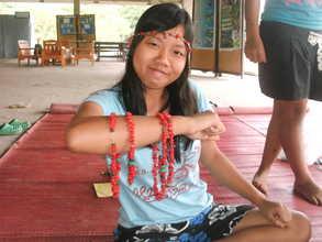 volunteer teach make necklace