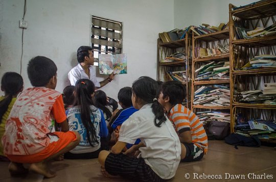 Kha teaching kids to read in the library class