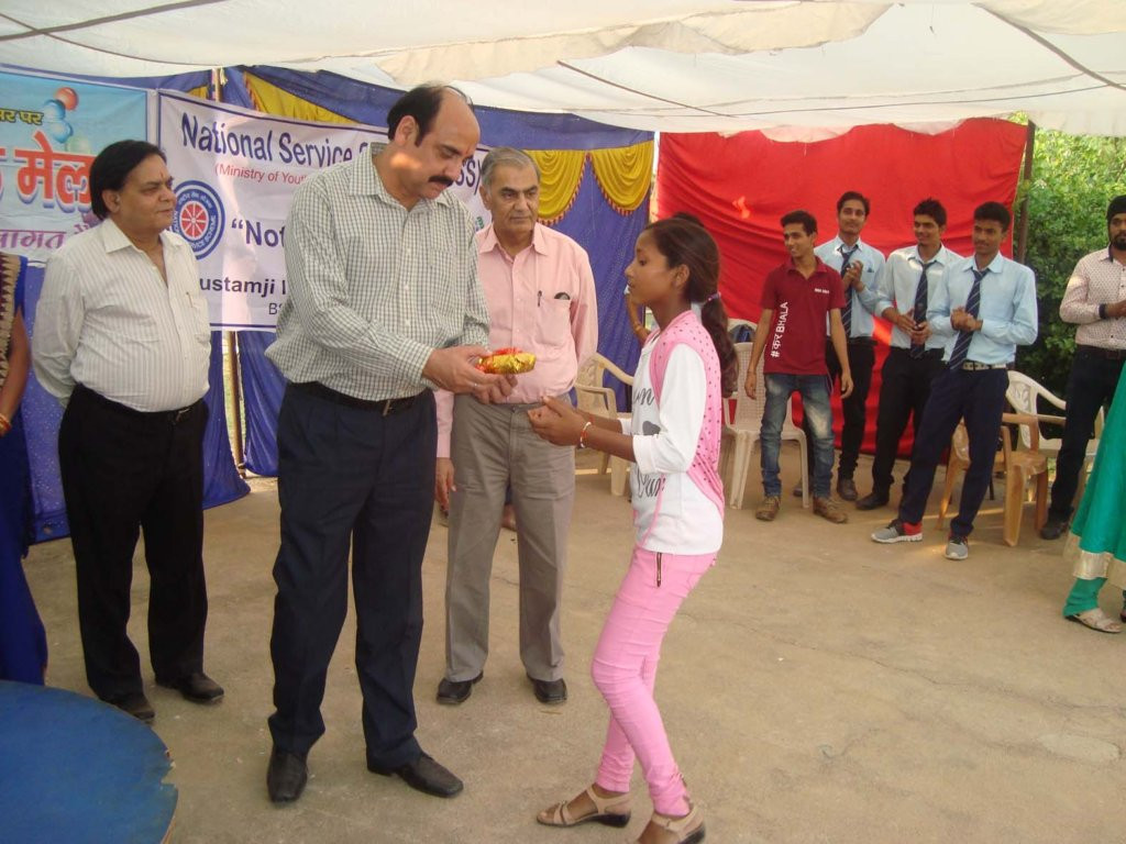 Receiving prize for the performances