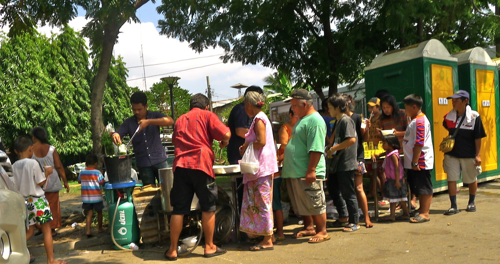 Providing meals to victims of Rom Klao fire.