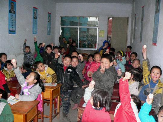 Enjoy eggs in Huihuang School, Guizhou Province