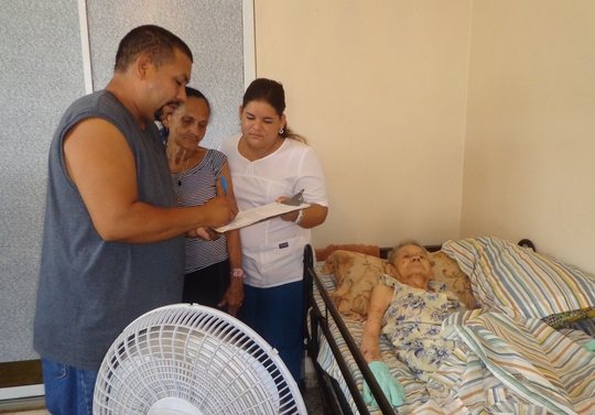 Nurse sharing info with participant relatives