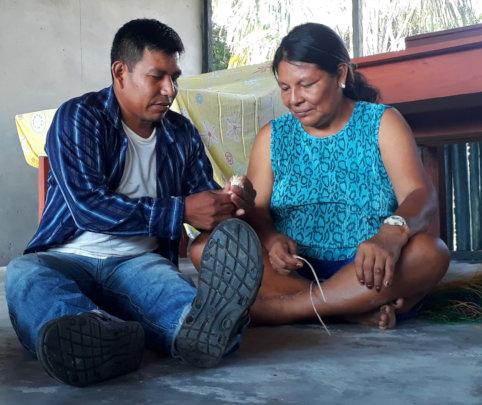 Edson teaching artisan at Chino workshop