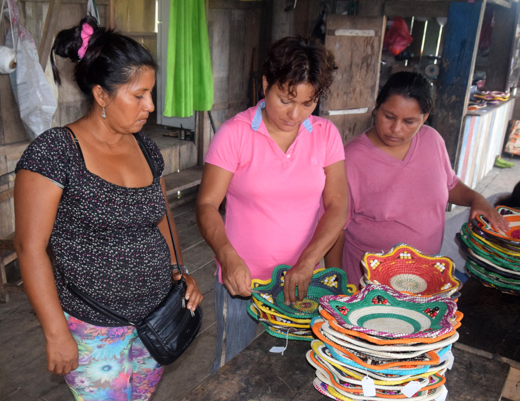 Estelita measuring baskets with artisans