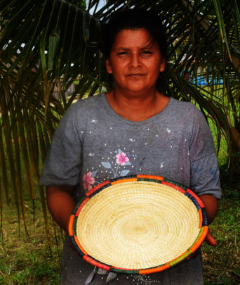 Francisca with large chambira plate 1024 px.jpg