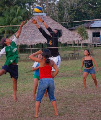 Volleyball game at Brillo Nuevo