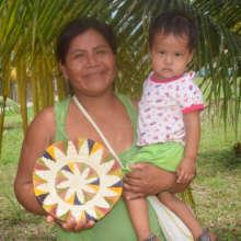Cucama artisan Juana with woven chambira plate