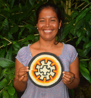 Artisan with sun wheel hotpad. Photo:Davila/CACE