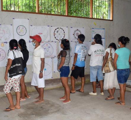 Community reviewing mandalas in Brillo Nuevo