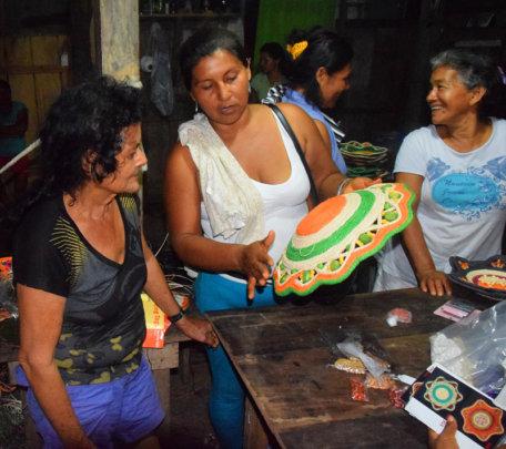 Segundina giving tips to Pilar about basket color