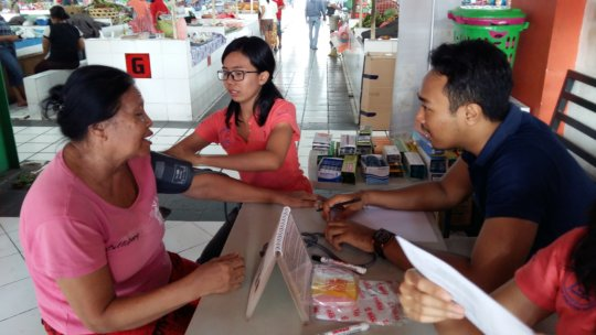 YRS Staff attend to a client at Pasar Intaran MC