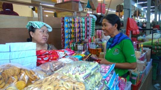 YRS peers with the vendors at Pasar Tiara Grosir