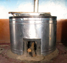 Cooking vessel supplied with wood