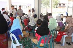 UNHCR staff speak with recent boat arrivals