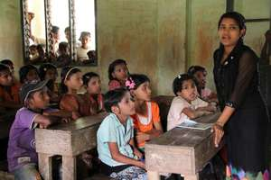 UNHCR supports education for displaced children
