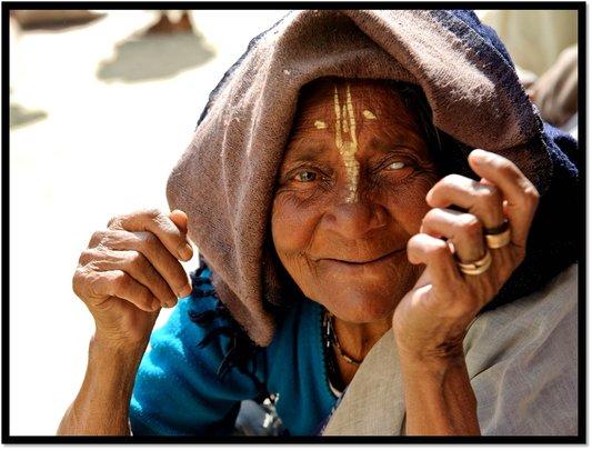 Warm blankets for 500 destitute widows in India