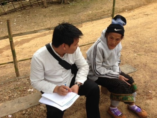 Ton talks to Kmhmu storyteller Meh Thao Deng
