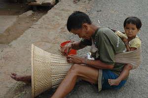 Kmhmu man basket weaving