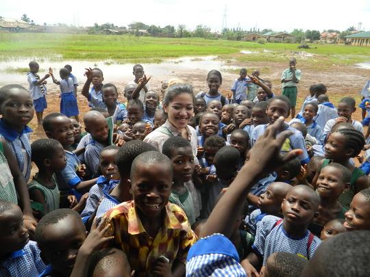 Mai with school children