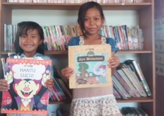 Indah & Gita with their favourite books